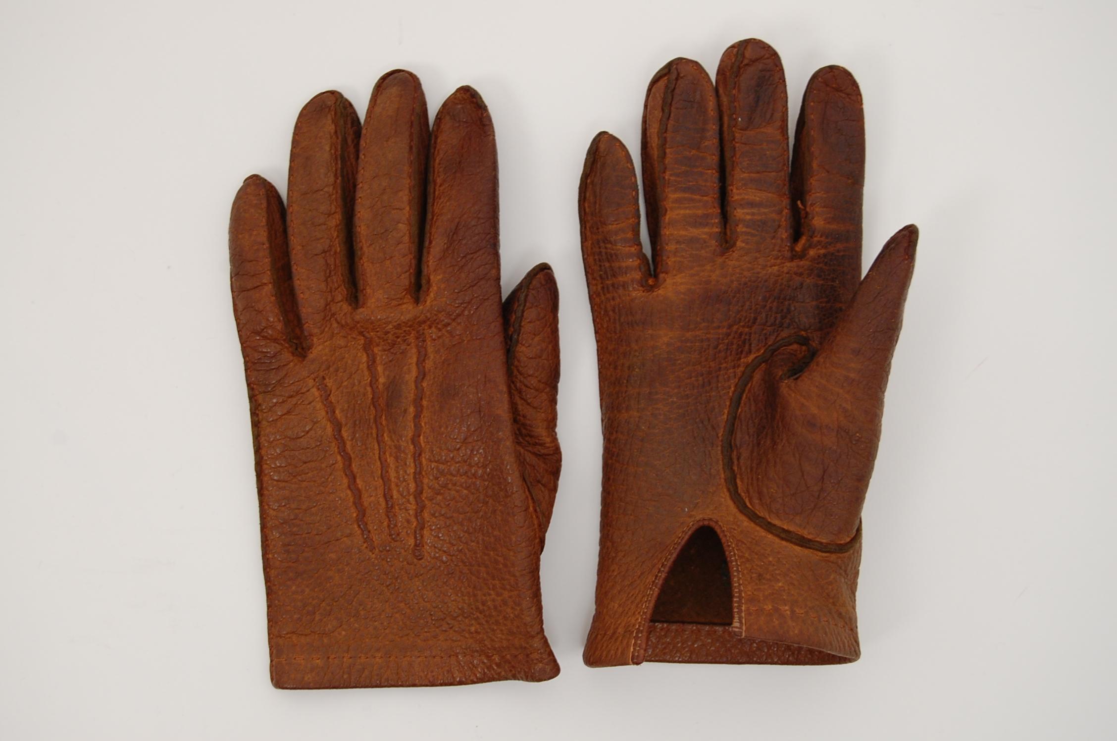 Les gants en pecari sont un grand classique du vestiaire masculin hivernal.  Rares sont les cuirs alliant la souplesse et la résistance du pecari, ... e85ac563627